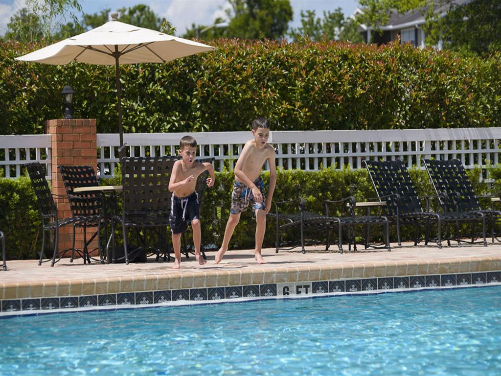 Lake Crossing Apartments Swimming Pool 08